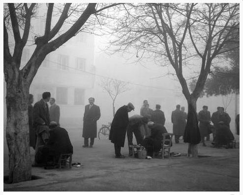 Οι στιλβωτές της κεντρικής πλατείας 1950