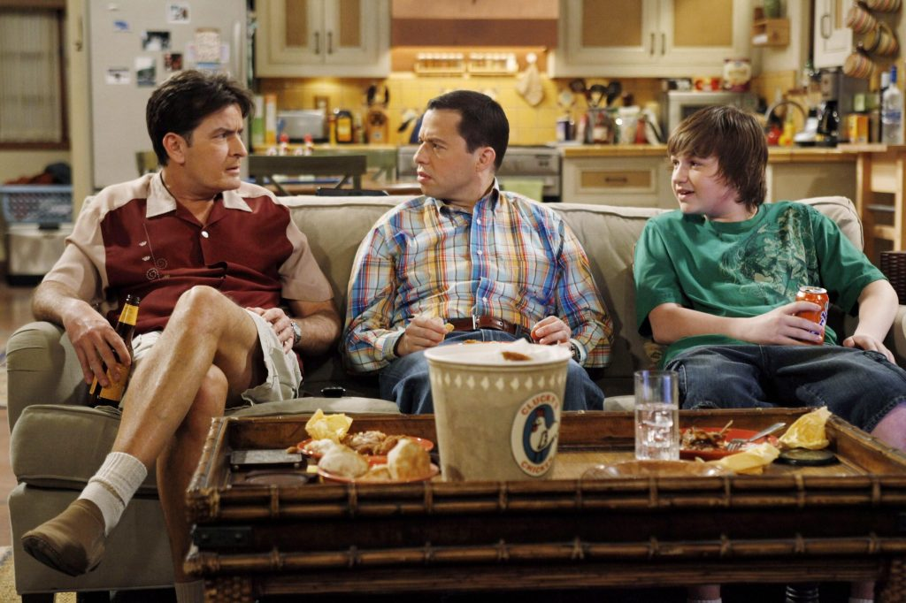 TWO AND A HALF MEN, (from left): Charlie Sheen, Jon Cryer, Angus T. Jones, 'Baseball Was Better With Steroids', (Season 6, aired May 18, 2009), FILMSZENE / SCHAUSPIELER / FERNSEHSERIE SERIE / USSERIE US-SERIE / TVSERIE TV-SERIE / FOLGE STAFFEL 6 / EPISODE / COMEDY / USA AMERIKA PicNr:#19811231.000278# action press/EVERETT COLLECTION, INC.
