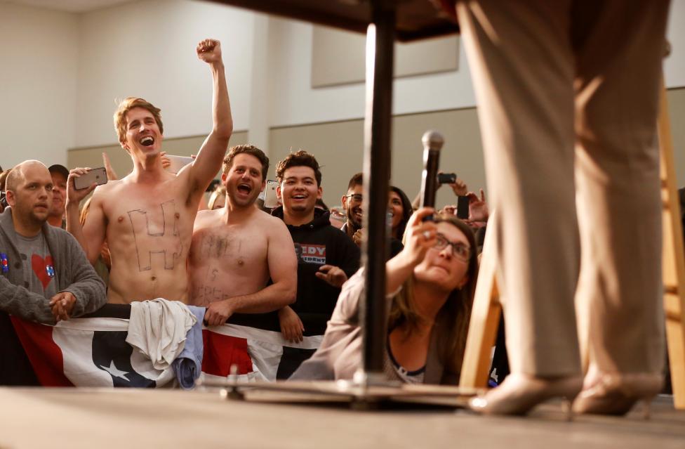 hilari shirts off3 - Χαμός σε συγκέντρωση της Χίλαρι από 2...γυμνά αγόρια!