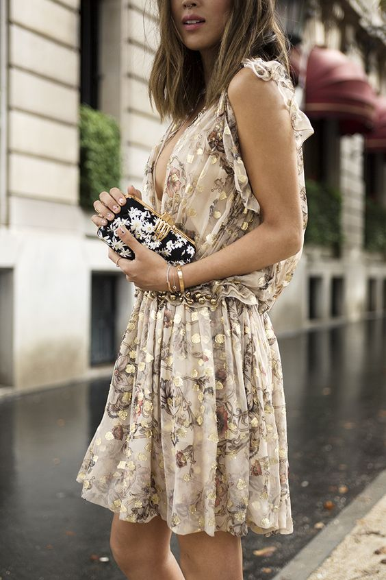 Eπέλεξε κάτι ρομαντικό με floral prints . Ένα αέρινο και απλό φόρεμα είναι ιδανικό σε αυτή τη περίπτωση.