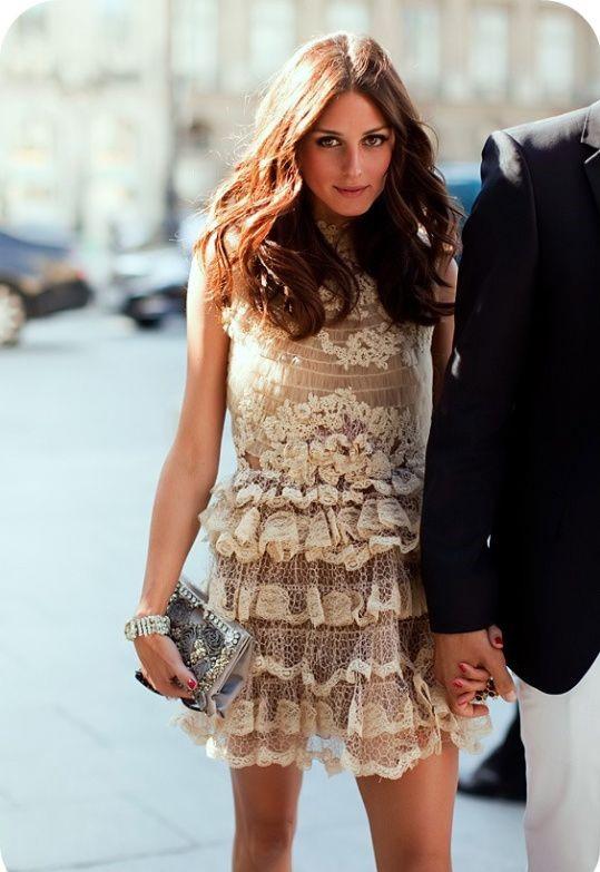 Σε αυτή τη περίπτωση, διάλεξε ένα μίνι θηλυκό φόρεμα σε παστέλ απόχρωση!