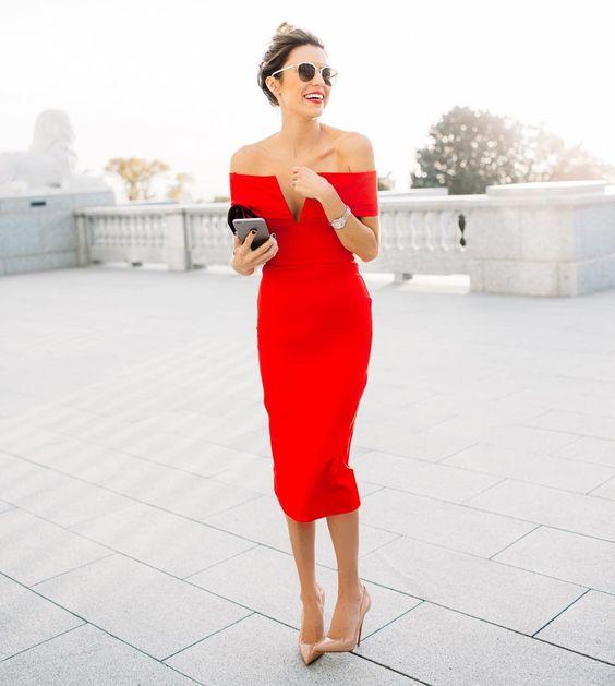 Διάλεξε ένα φόρεμα σε έντονο χρώμα, για να μην κλέβεις τα βλέμματα από τη νύφη, με διακριτικά αξεσουάρ και το κατάλληλο κομψό clutch.