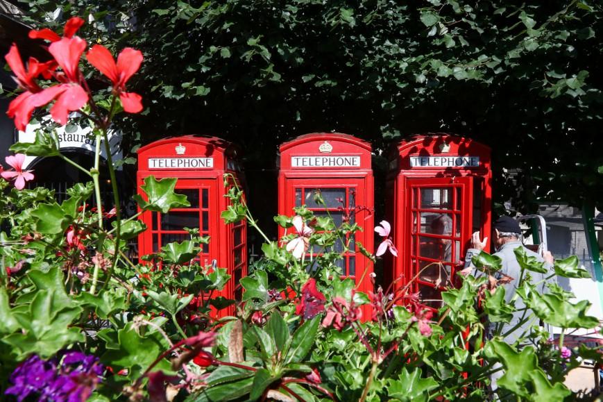 1063598 london11 - Οι διάσημοι κόκκινοι τηλεφωνικοί θάλαμοι της Μ. Βρετανίας μεταμορφώνονται σε μίνι επιχειρήσεις και βιβλιοθήκες