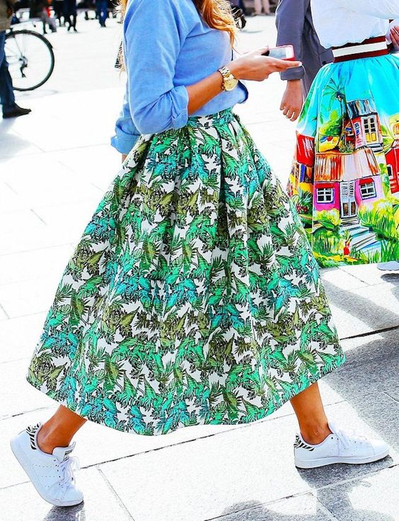 Φλοράλ φούστα με ένα απλό t-shirt ή πουκάμισο μέσα από την φούστα και sneakers! Ρίξε μία ελαφριά ζακέτα στους ώμους.