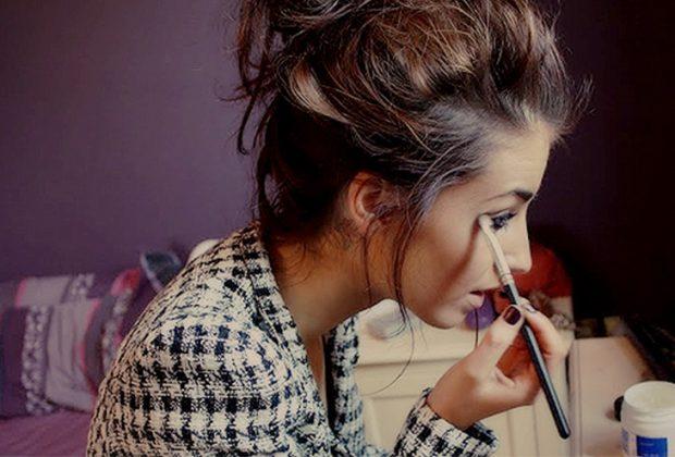 make up girl 620x420 - 12 μύθοι για το μακιγιάζ που κάθε κοπέλα πρέπει να σταματήσει να πιστεύει!