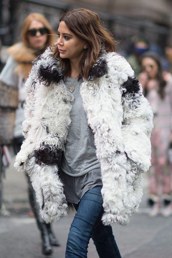 Και φέτος θα είναι τάση αυτά τα αφράτα και χουχουλιάρικα πανωφόρια που θα σε κρατούν ζεστή ακόμη και τις πιο κρύες μέρες του χειμώνα. Εκτός από πρακτικό, είναι και ένα πολύ κομψό παλτό για τις καθημερινές σου εμφανίσεις.