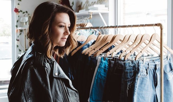 800x400-girl-shopping-near-clothing-rack