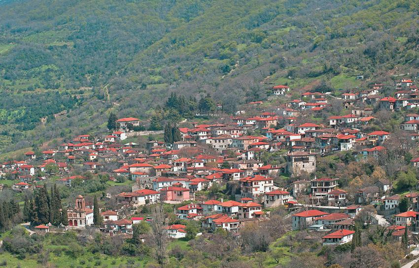 Τα ιστορικά αμπελάκια με τις παραδοσιακές γειτονιές.