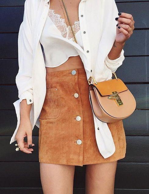 Ένας πιο girly τρόπος είναι με φούστα. Αν το συνδυάσεις με sneakers είναι ότι πρέπει και για την πρωινή σας βόλτα!