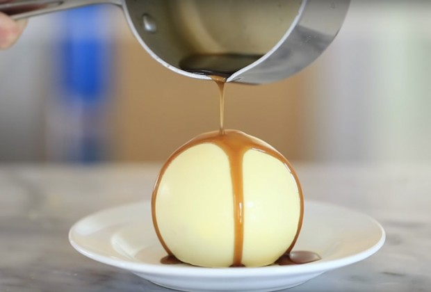 mpala 620x420 - Πώς να φτιάξεις κι εσύ μία μπάλα λευκής σοκολάτας που κρύβει κέικ έκπληξη (ή ό,τι άλλο θες)!
