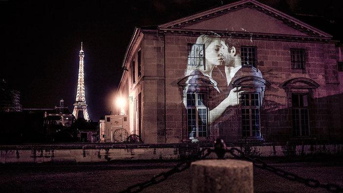 parisi - Το Παρίσι γέμισε με 100 φιλιά γιατί η μόνη αληθινή γλώσσα είναι το φιλί