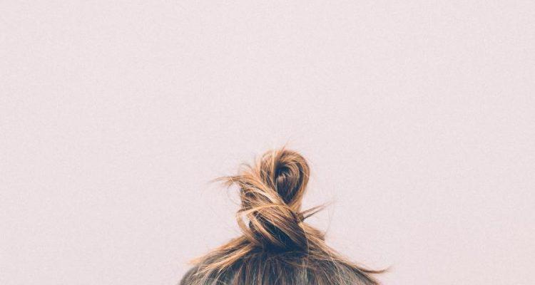 pink hair selfie bun 750x400 - Αυτά είναι τα πιο HOT topknots αυτή τη στιγμή! Και πρέπει να τα δοκιμάσεις