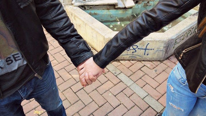 10 1 - Πώς ερωτεύεται η Λάρισα   Οι ματιές τους δεν πέρασαν απαρατήρητες!