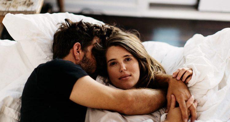 bed 750x400 - Η επιστήμη υποστηρίζει ότι μάλλον δεν είναι και τόσο καλό να κοιμάσαι με την σχέση σου