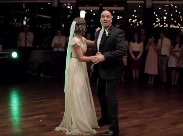 gamoscover1 - Αυτός ο μπαμπάς έκανε το πιο τρελό πράγμα στο γάμο της κόρης του