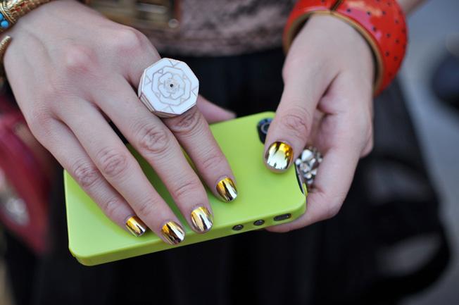 silver gold mirror nail polish paris street style - Το trend στα νύχια που θα κάνει την μεγάλη διαφορά!