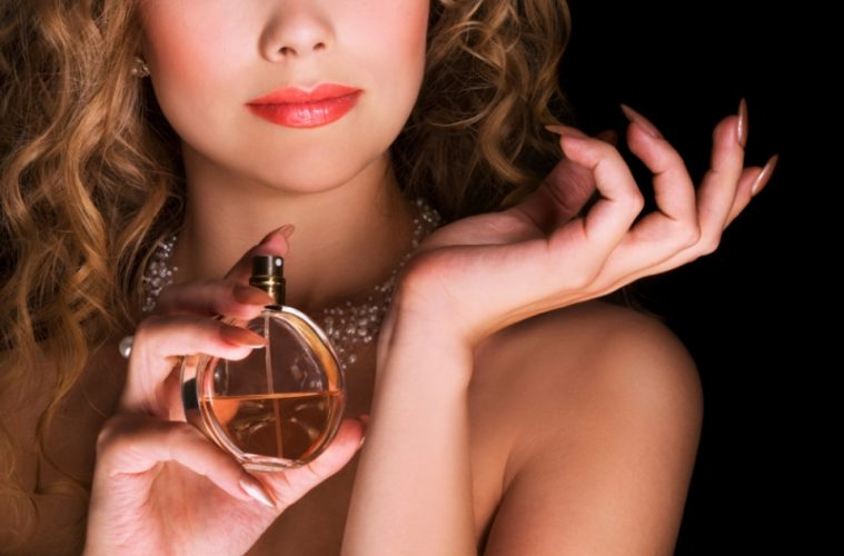 popular womens perfume wrist1 759x500 - Εκείνα τα αρώματα που ποτέ δεν ξεχνάμε…
