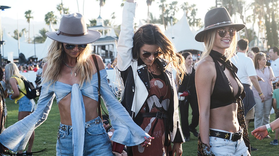 coachella outfits weekend one 8 - Coachella Festival: υιοθέτησε και εσύ το πιο must look του καλοκαιριού