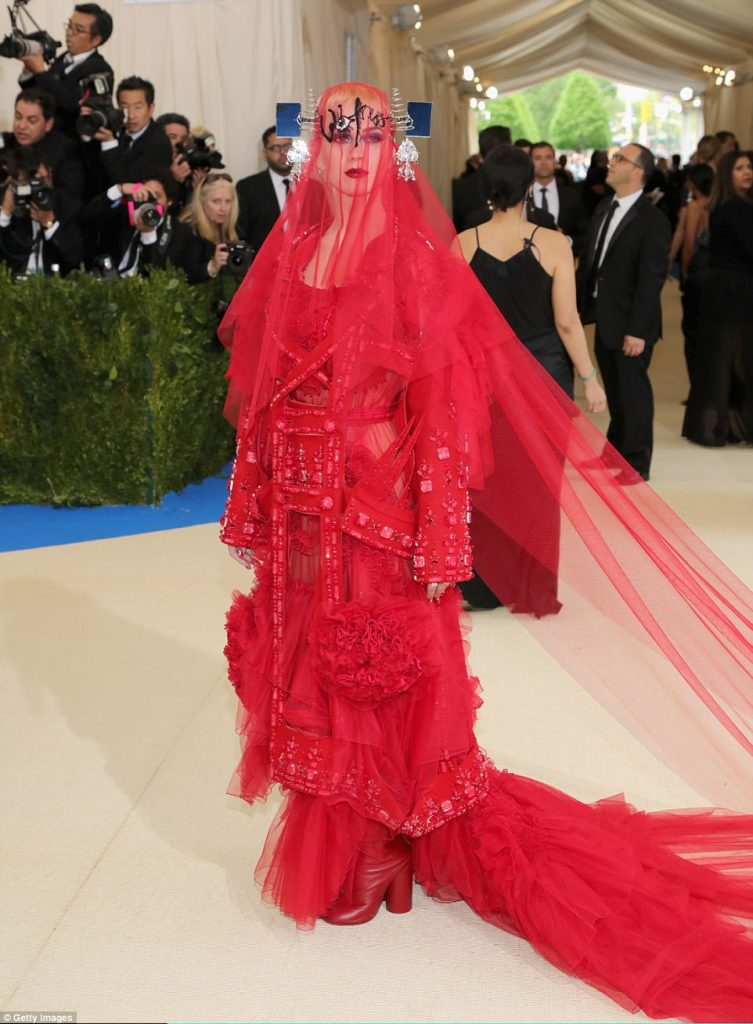 3FD23D8300000578 4457030 Witness The pop star covered her face with a veil however the co a 91 1493705625512 753x1024 - Met Gala 2017: Δες τι φόρεσαν οι διάσημοι