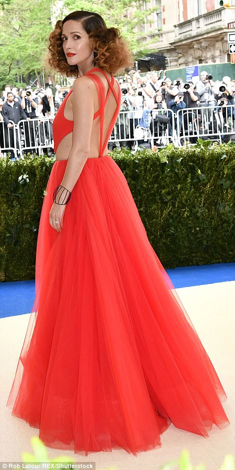 3FD243BA00000578 4457030 Red red Rose Byrne looked majestic in her eye catching Ralph Lau a 94 1493705625768 - Met Gala 2017: Δες τι φόρεσαν οι διάσημοι