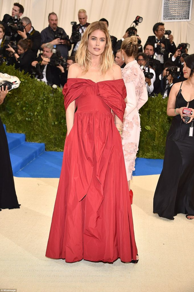 3FD2A1E000000578 4457030 Hands in pockets Doutzen Kroes smiles for the cameras a 100 1493705626264 682x1024 - Met Gala 2017: Δες τι φόρεσαν οι διάσημοι