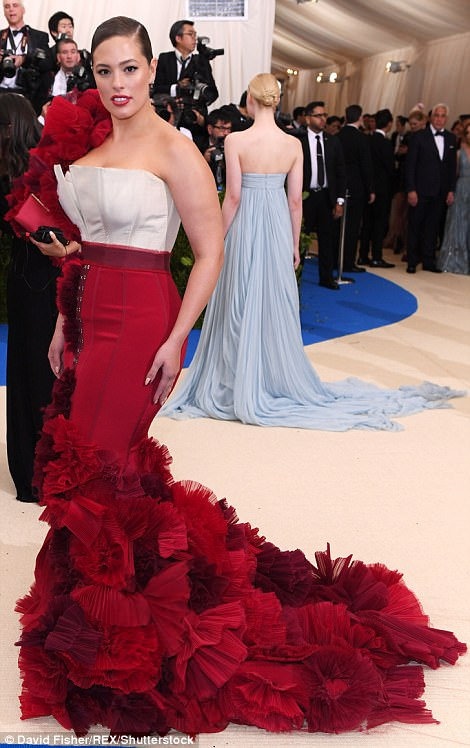 3FD3A33E00000578 4457030 Totally grammable Ashley Graham s red ruffles were the perfect f a 154 1493705635559 - Met Gala 2017: Δες τι φόρεσαν οι διάσημοι