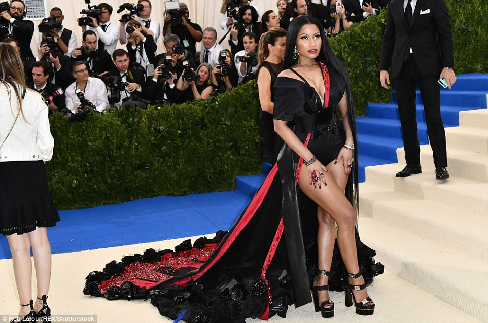 3FD3D6EB00000578 4457030 Leggy lady Nicki Minaj shows off her curvy figure in a cloak lik a 53 1493706507525 - Met Gala 2017: Δες τι φόρεσαν οι διάσημοι