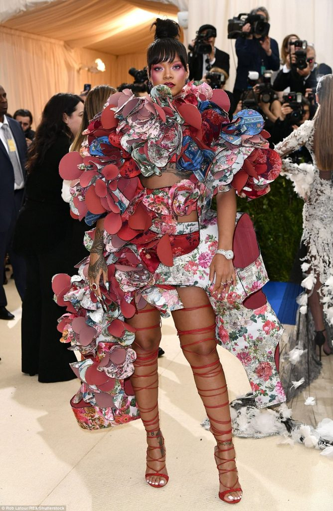 3FD3F5F100000578 4457030 Just another casual night out Rihanna didn t hold back in her fa a 90 1493705625310 668x1024 - Met Gala 2017: Δες τι φόρεσαν οι διάσημοι