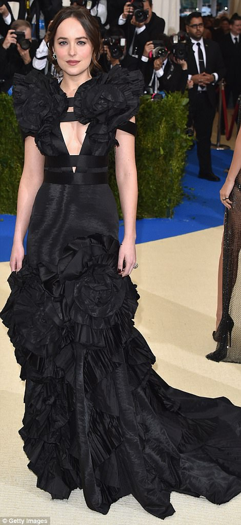 3FD4009800000578 4457030 Beauty in black Dakota Johnson wore a gown created for her by th a 31 1493706506974 - Met Gala 2017: Δες τι φόρεσαν οι διάσημοι
