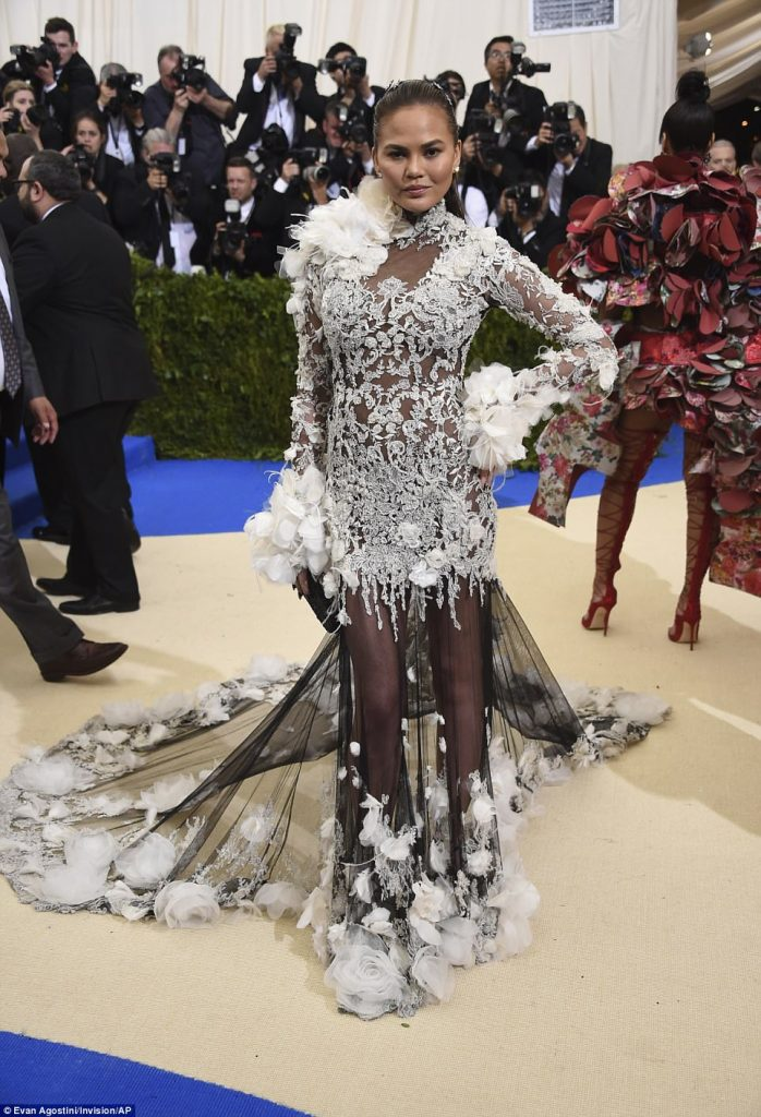3FD417EF00000578 4457030 Flower power Lace chiffon and tulle came together in a fairytale a 101 1493705626393 698x1024 - Met Gala 2017: Δες τι φόρεσαν οι διάσημοι