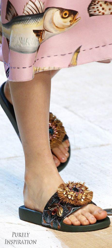 9d4313f8a676fde4aa17b1dba7b35822 462x1024 - Slippers: Η νέα πιο hot τάση στις παντόφλες…που διχάζει