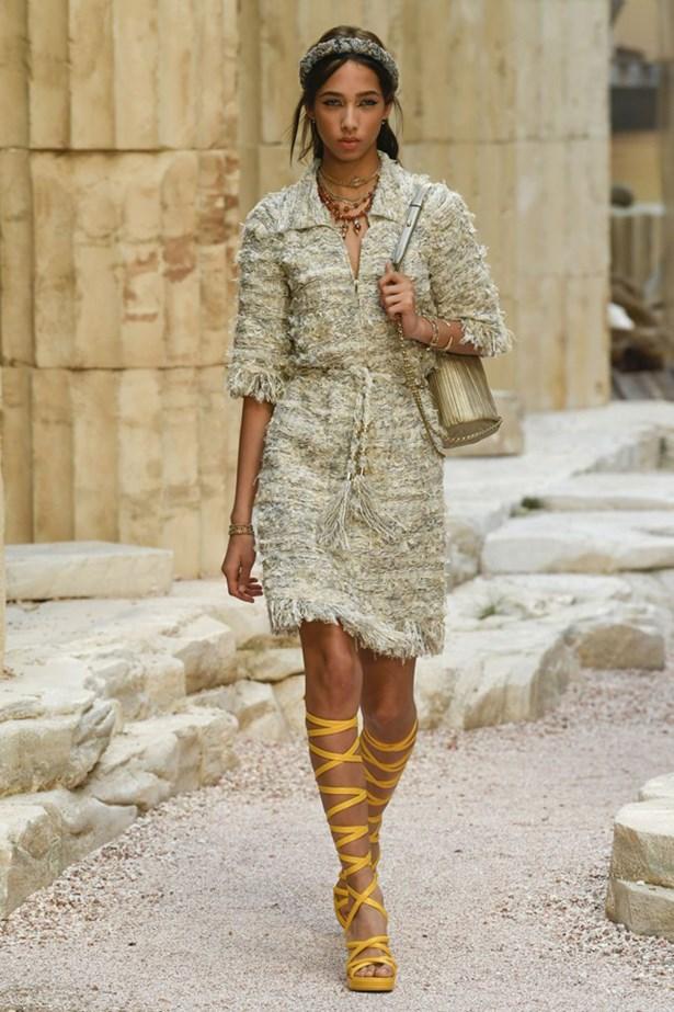 chanel cruise 2018 runway 19 - Chanel Cruise 2018: Ο  Καρλ Λάγκερφελντ μας ταξιδεύει στην Αρχαία Ελλάδα