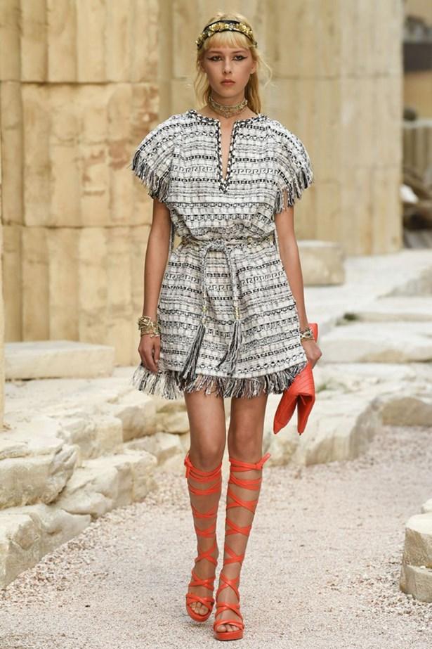 chanel cruise 2018 runway 23 - Chanel Cruise 2018: Ο  Καρλ Λάγκερφελντ μας ταξιδεύει στην Αρχαία Ελλάδα