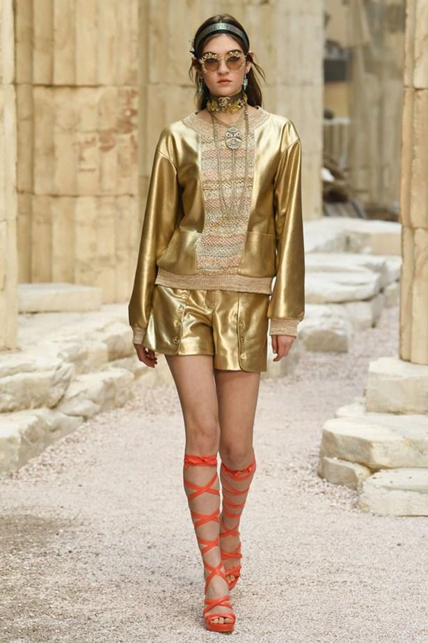 chanel cruise 2018 runway 3 - Chanel Cruise 2018: Ο  Καρλ Λάγκερφελντ μας ταξιδεύει στην Αρχαία Ελλάδα