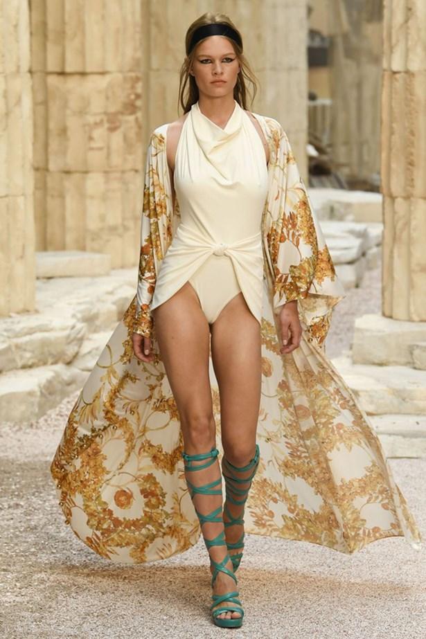 chanel cruise 2018 runway 67 - Chanel Cruise 2018: Ο  Καρλ Λάγκερφελντ μας ταξιδεύει στην Αρχαία Ελλάδα