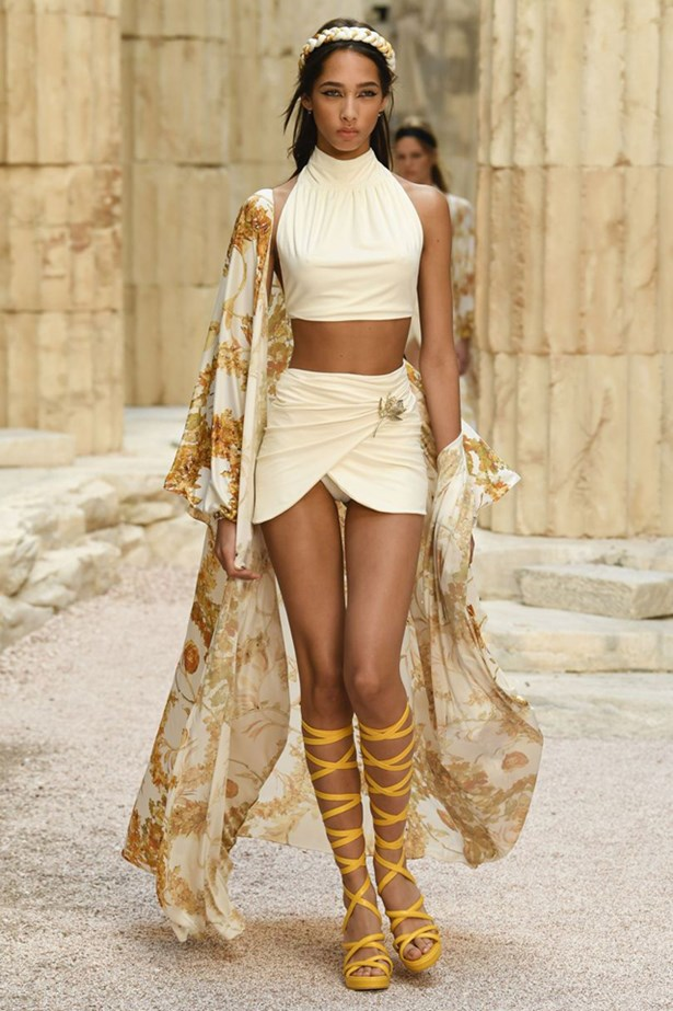 chanel cruise 2018 runway 72 - Chanel Cruise 2018: Ο  Καρλ Λάγκερφελντ μας ταξιδεύει στην Αρχαία Ελλάδα