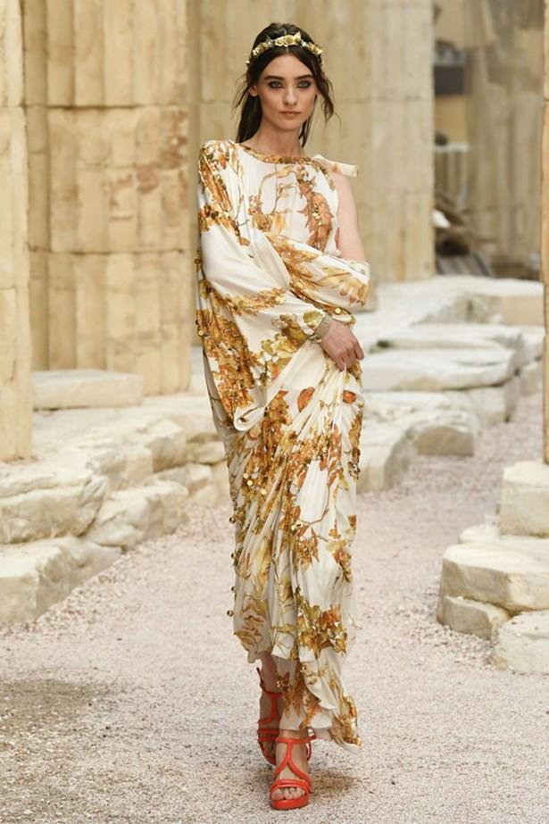 chanel cruise 2018 runway 73 - Chanel Cruise 2018: Ο  Καρλ Λάγκερφελντ μας ταξιδεύει στην Αρχαία Ελλάδα