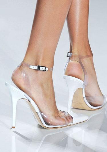 clear shoes - Clear Shoes:  το νέο trend που έχουν λατρέψει όλα τα fashion girls