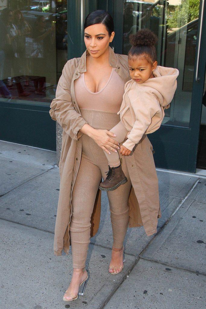 kim kardashian clear shoe trend 1 683x1024 - Clear Shoes:  το νέο trend που έχουν λατρέψει όλα τα fashion girls