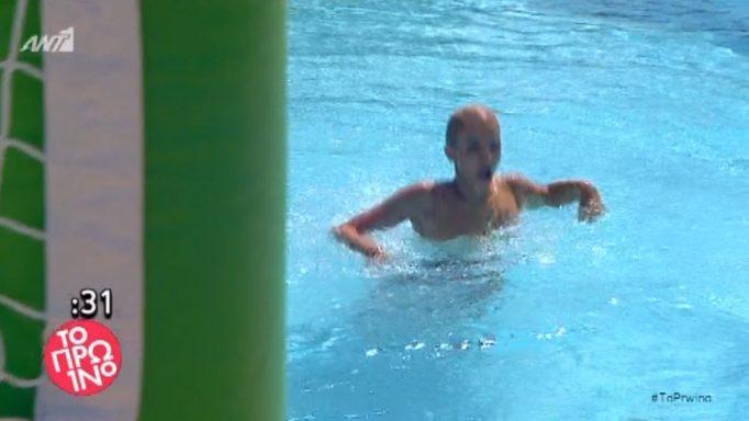 122116 - Η Τζένη Μελιτά βγήκε από την πισίνα και φάνηκαν όλα!