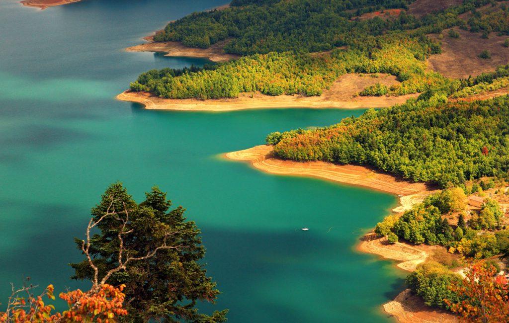 TopTenRegions2 CentralGreeceThessaly 1LakePlastira 1024x650 - Μοναδικές παραλίες, σπάνια φυσική ομορφιά και πληθώρα επιλογών διασκέδασης συστήνουν τις πιο συναρπαστικές διακοπές της ζωής σου