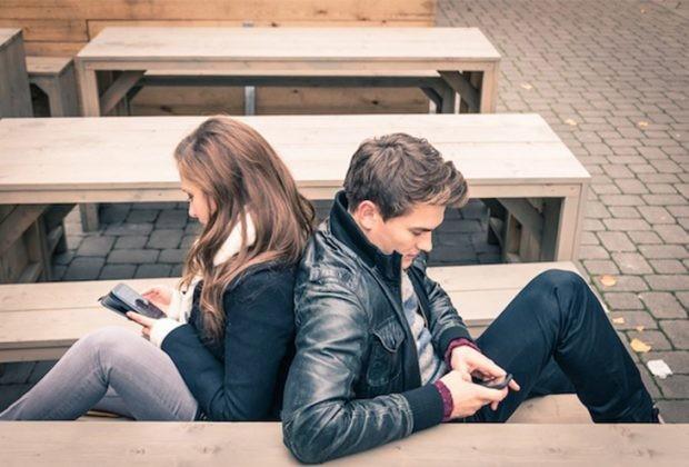 couple social media 620x420 - 6 πράγματα που δεν πρέπει να δημοσιεύσεις ποτέ για τη σχέση σου στα social media