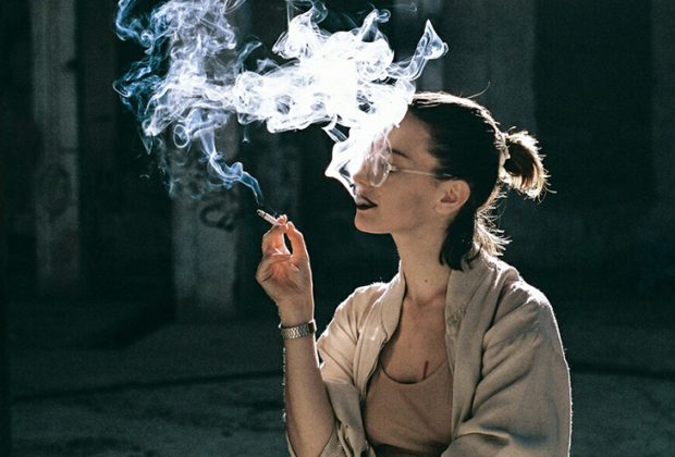 girl smoke 620x420 - Θέλετε να απογειωθείτε στη δουλειά; Κάντε σεξ!