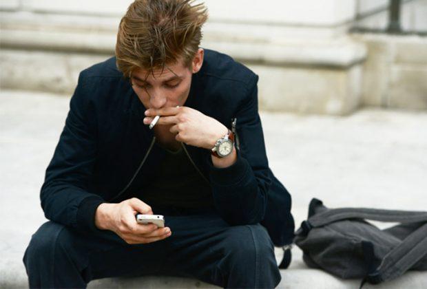 guy texting 620x420 - «Θέλω να μιλήσουμε» | Τα μηνύματα που το αγόρι σου δε θέλει να δει με τίποτα στο κινητό του!