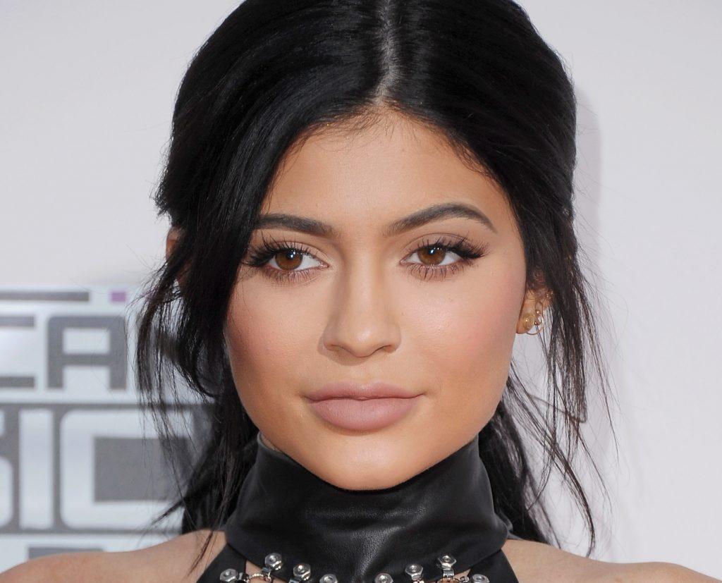 kylie jenner lip kit 1024x827 - Η Kylie Jenner δείχνει τη σέξι σιλουέτα της για να προωθήσει τα ρούχα της