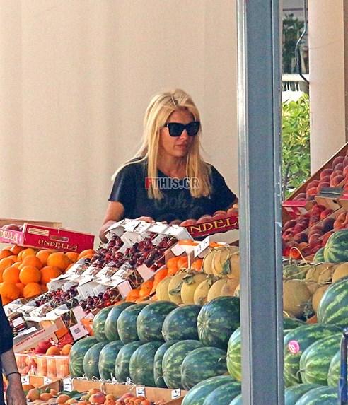 4152912 - Η Ελένη Μενεγάκη στο μανάβικο της γειτονιάς της με casual look!