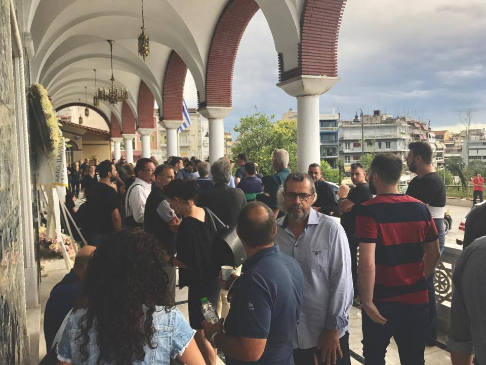5 20 - Ανείπωτη θλίψη στην κηδεία του Διονύση Τσεκούρα στη βροχερή Λάρισα– ΦΩΤΟ