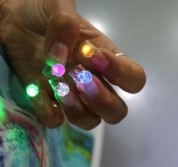 Screenshot 3 22 - LED Disco Nails: Αυτό είναι σίγουρα το πιο funky manicure