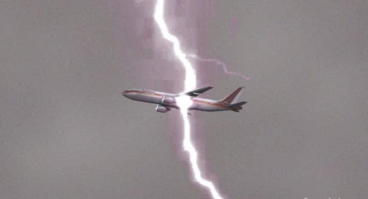 aeroplano keraunos 1800 - Τρόμος στον αέρα: Κεραυνός χτύπησε αεροπλάνο πάνω από την Σκιάθο