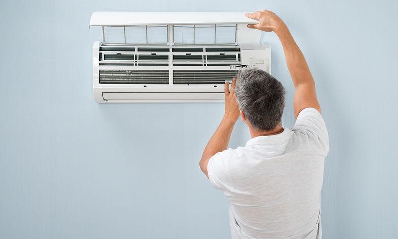 bigstock Man Cleaning Air Conditioning 89397239 - Τι πρέπει να γνωρίζετε για τη «νόσο των κλιματιστικών»